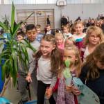 Die Paten bringen die Erstklässler in ihren Klassenraum